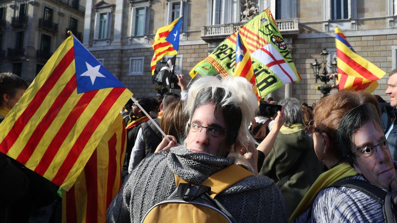 Miles de personas se reúnen en las inmediaciones del Parlament. (EFE)