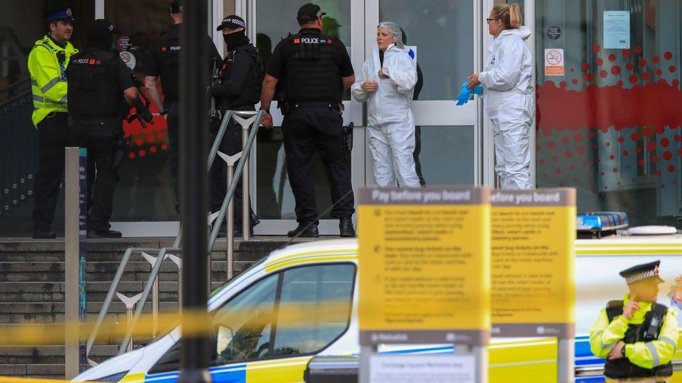 Foto: La policía forense fuera del centro comercial donde han ocurrido los hechos. (Reuters)