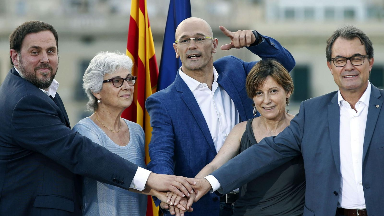 Foto: El presidente de la Generalitat y de CDC, Artur Mas (d), el presidente de ERC, Oriol Junqueras (i), el cabeza de lista, Raül Romeva (c), la número dos, Carme Forcadell (2d), y la número tres, Muriel Casals (Efe)