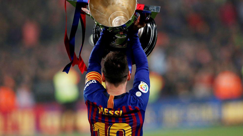 Foto: Messi recibió la copa de la Liga de manos de Rubiales. (Reuters)