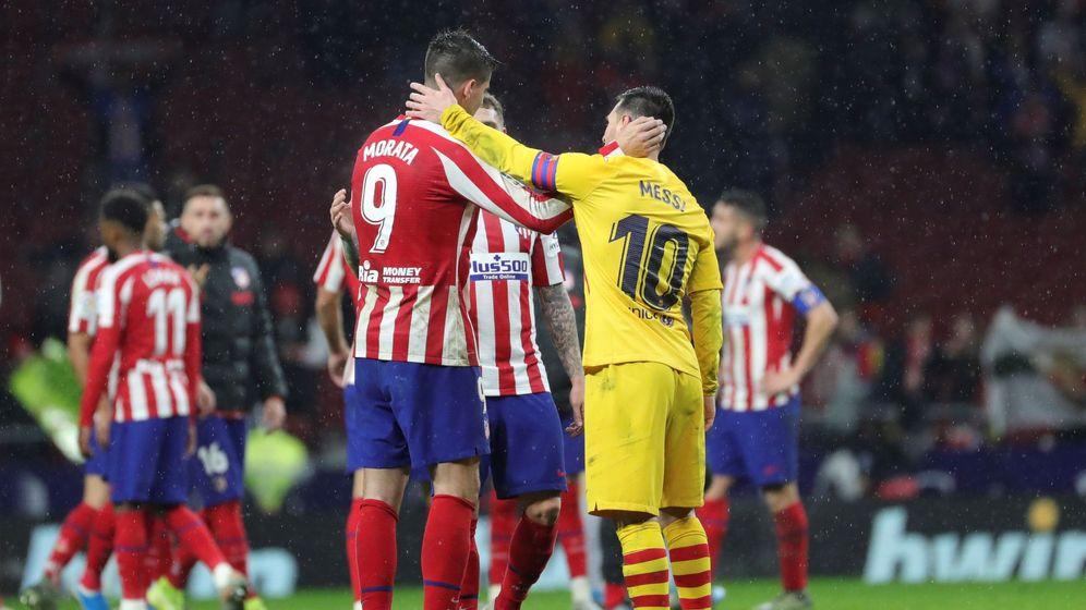 Foto: Álvaro Morata (i) y Leo Messi se saludan tras el final del Atlético de Madrid-FC Barcelona. (EFE)