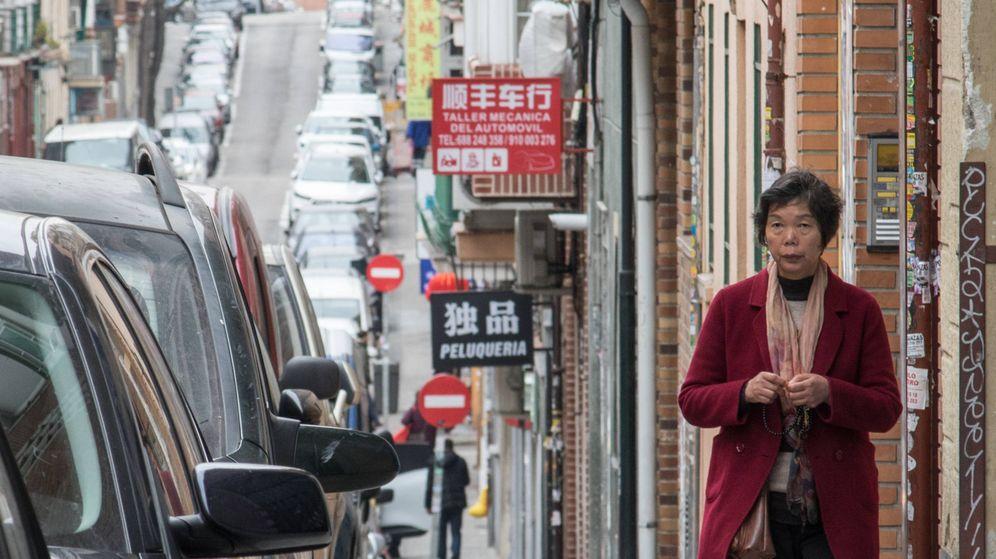 Foto: Una mujer camino por una calle del barrio de Usera, lleno de negocios chinos. (David Brunat)