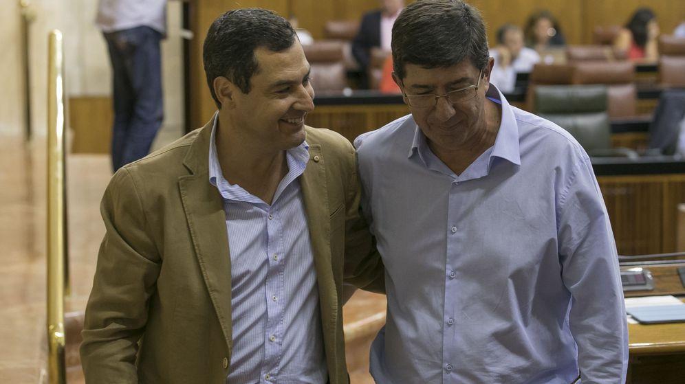 Foto: Los candidatos a la presidencia de la Junta de Andalucía del PP-A, Juanma Moreno (i), y de Ciudadanos, Juan Marín. (EFE)