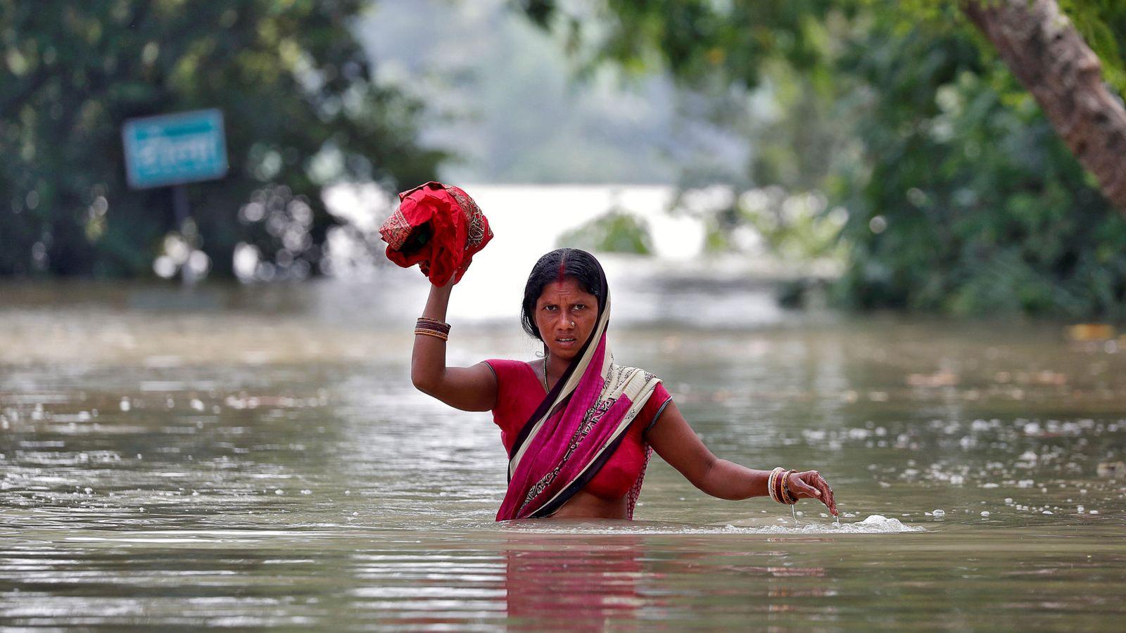 Foto: Una mujer atraviesa una aldea de Bihar, India, anegada tras las inundaciones de la semana pasada. (Reuters)