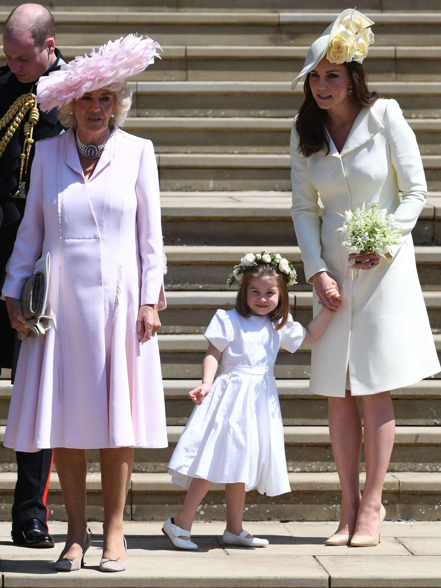 Kate Middleton, con su hija Charlotte (sin medias) en la boda de Meghan y Harry. (EFE)