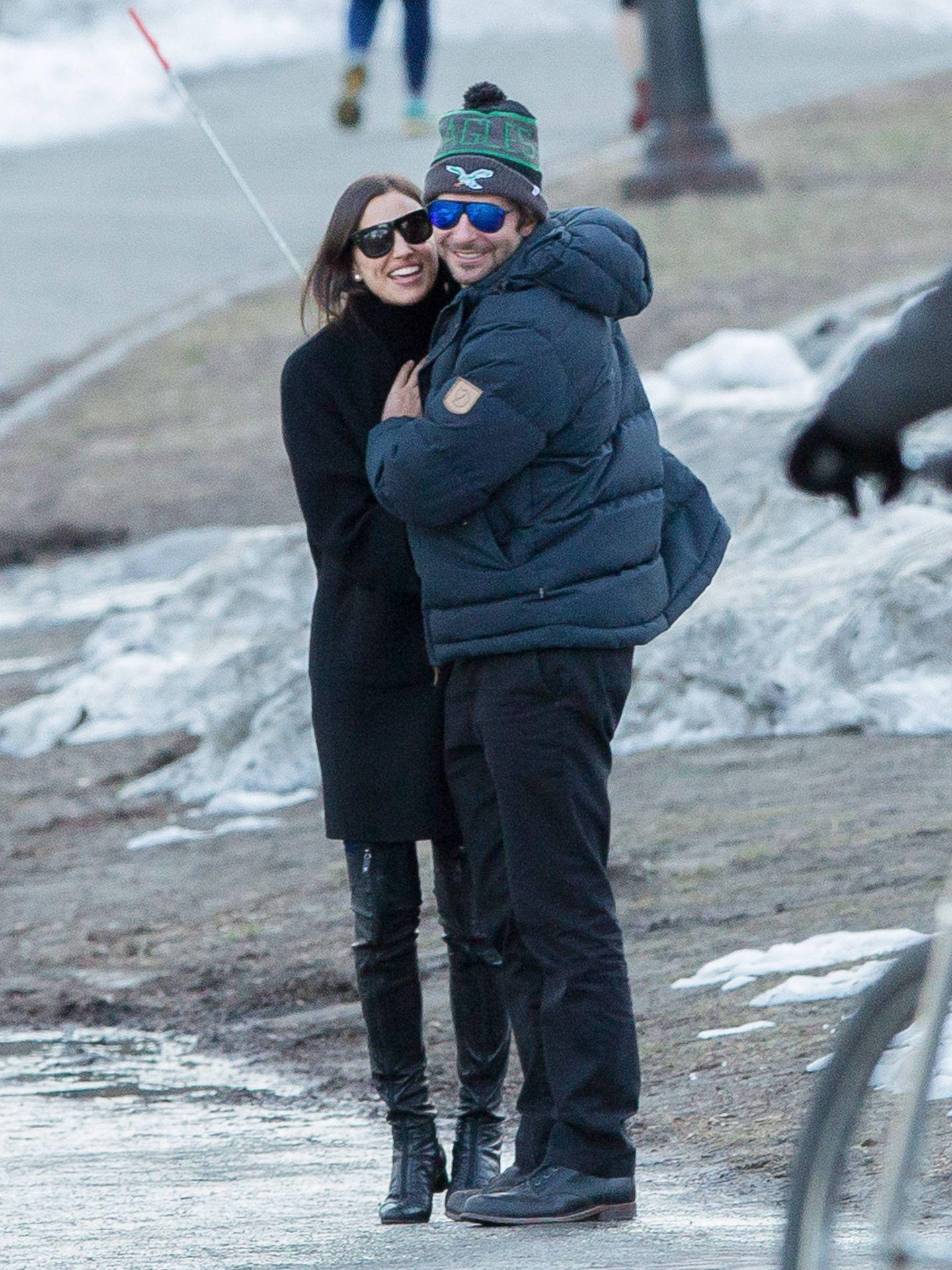 Irina Shayk y Bradley Cooper son el vivo reflejo del amor y la felicidad, en una imagen de archivo. (Gtres)