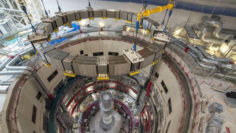 La última bobina de campo poloidal debe posicionarse antes de color el primer sector de la vasija de vacío del reactor