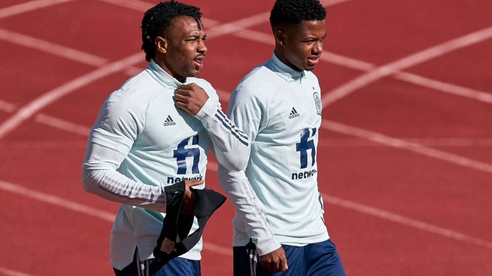 Foto: Adama Traoré y Ansu Fati salen juntos al entrenamiento de la Selección española