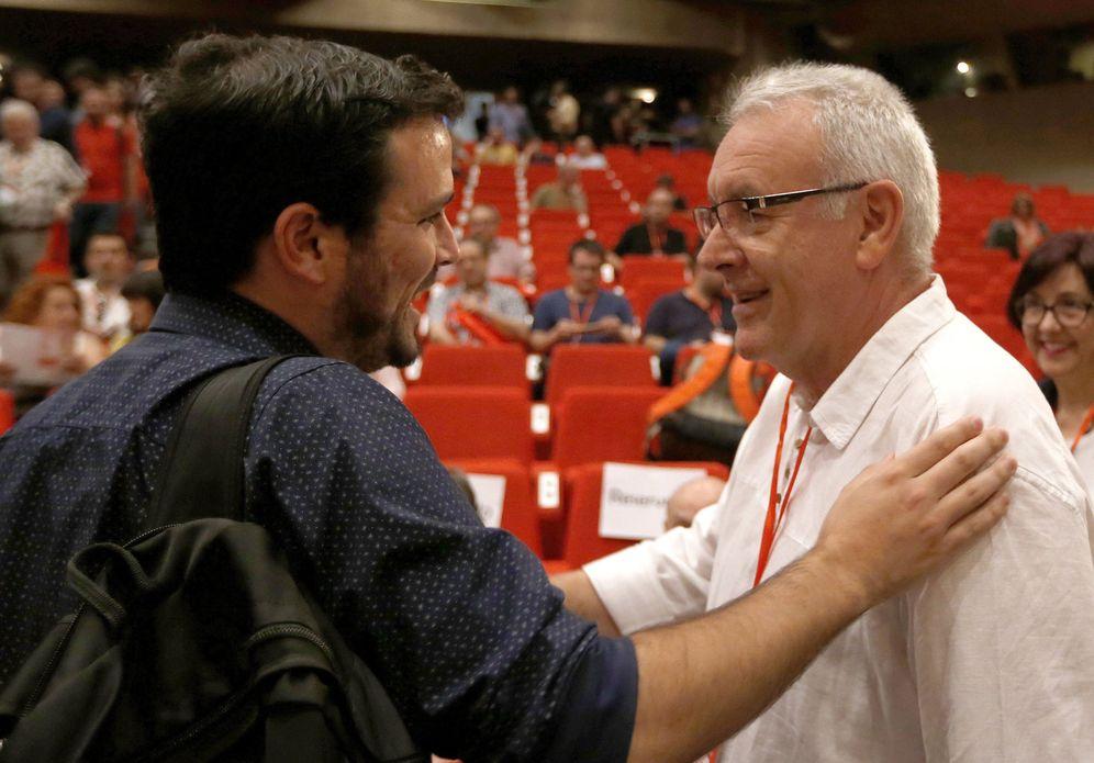 Foto: Cayo Lara y Alberto Garzón, en el arranque de la XI Asamblea Federal de IU, este 4 de junio en la sede de UGT Madrid. (EFE)