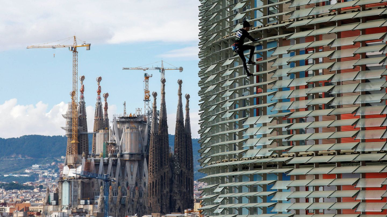 Alain Robert, el Spiderman francés, trepa la torre Agbar, antes de ser detenido. (Reuters/Albert Gea)