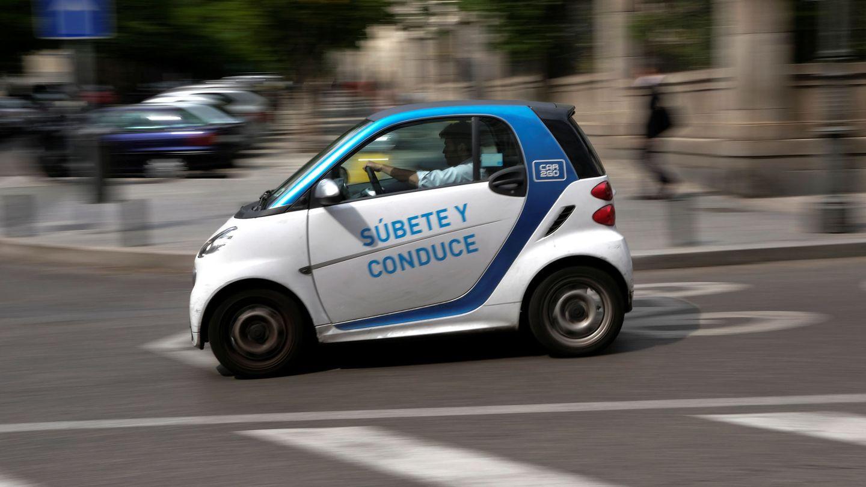 Coche eléctrico de carsharing circulando por Madrid (Reuters)