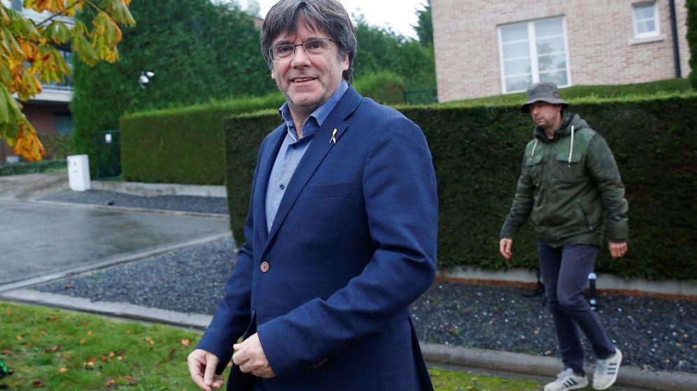 Foto: El expresidente de la Generalitat, Carles Puigdemont, saliendo de su mansión en Waterloo. (EFE)