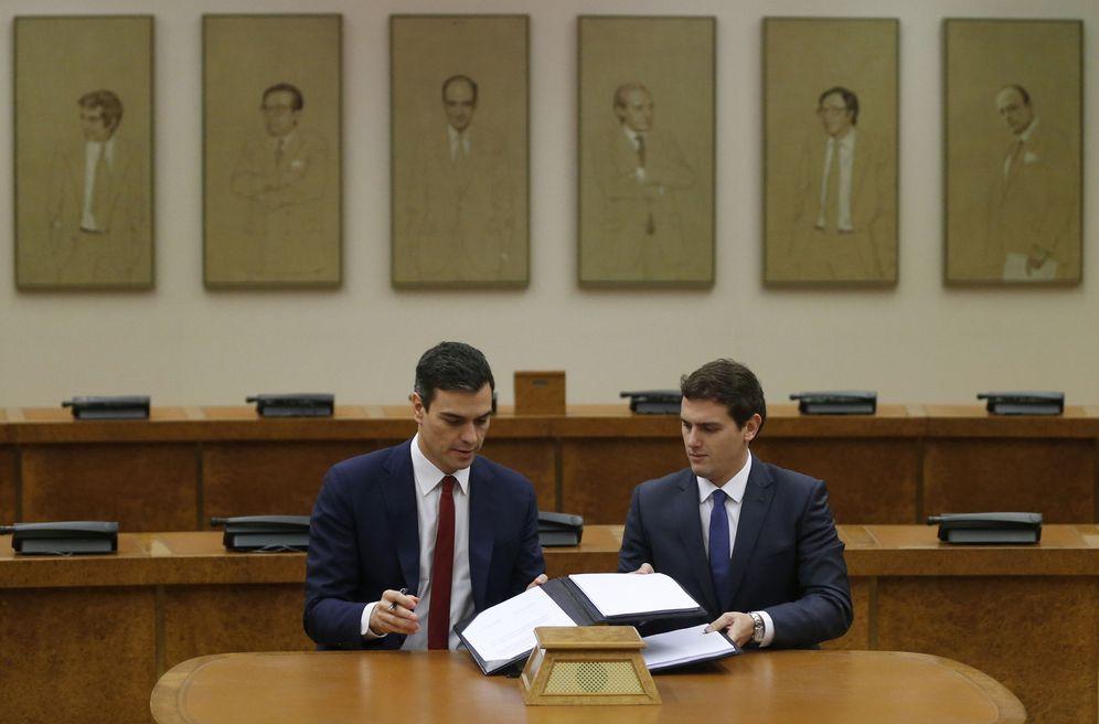 Foto: Pedro Sánchez y Albert Rivera firman su pacto de investidura y legislatura, este 24 de febrero en el Congreso. (Reuters)
