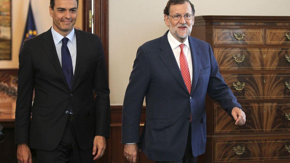 Foto: Mariano Rajoy y Pedro Sánchez, a su llegada a la reunión que mantuvieron el pasado 2 de agosto. (EFE)
