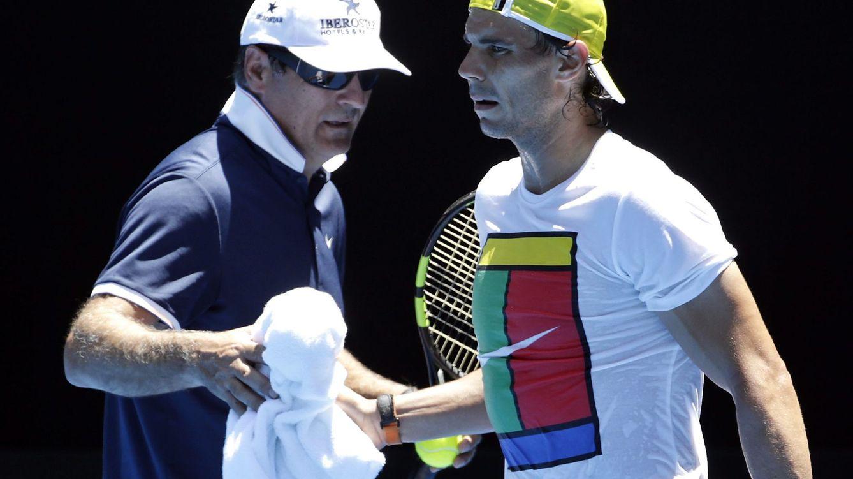 Foto: Toni Nadal, con Rafa, durante un entrenamiento. (Reuters)