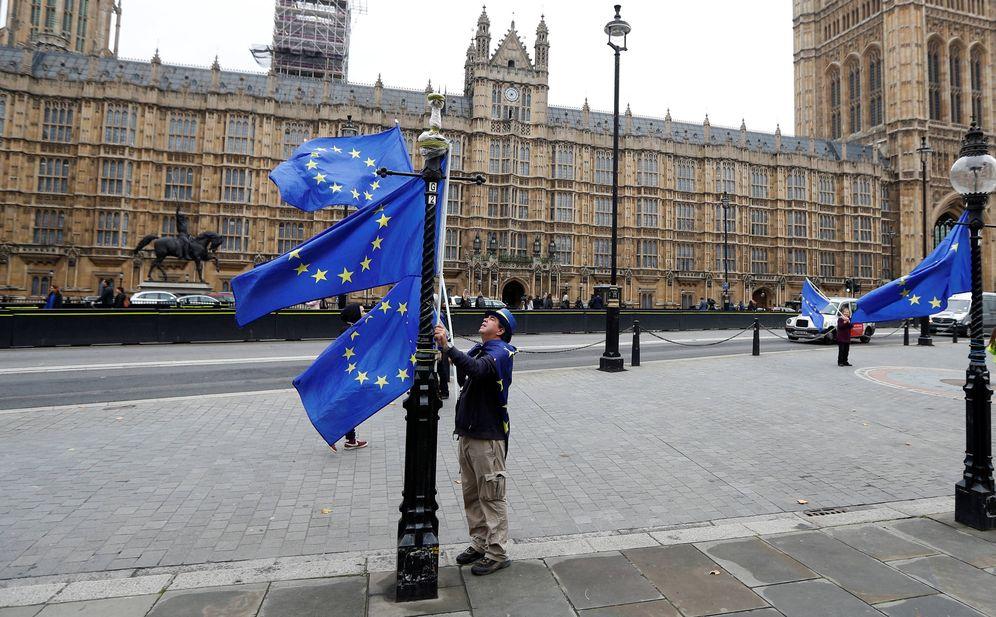 Foto: Un manifestante contrario al Brexit coloca banderas de la UE ante el Parlamento británico, en Londres. (Reuters)