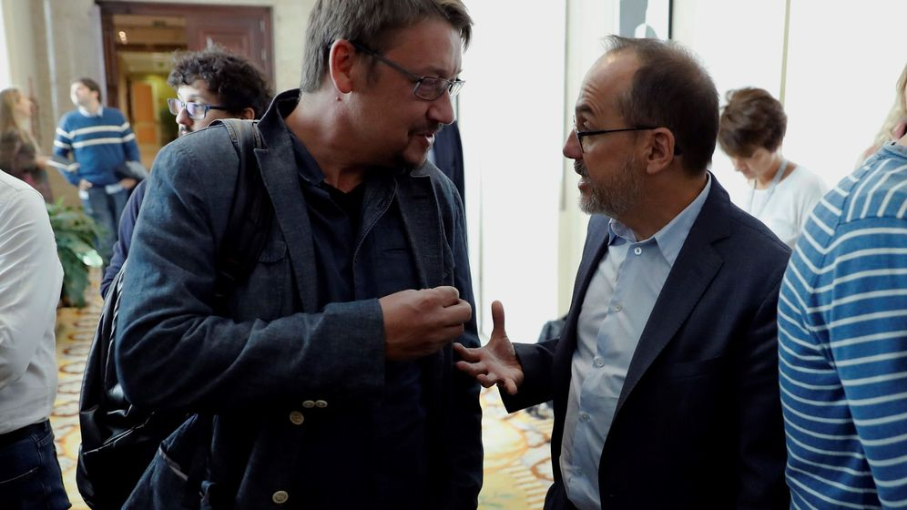 Foto: El portavoz del PDeCAT en el Congreso, Carles Campuzano (d), conversa con el portavoz de En Comù Podem, Xavier Domènech. (EFE)