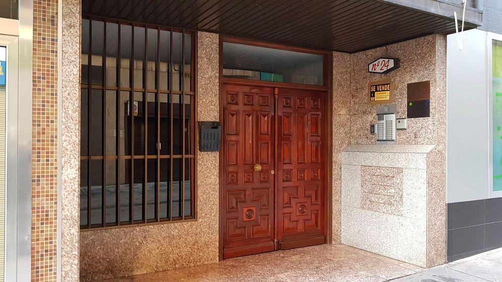 Foto: Vista del portal del domicilio donde se han encontrado los dos cuerpos (EFE)