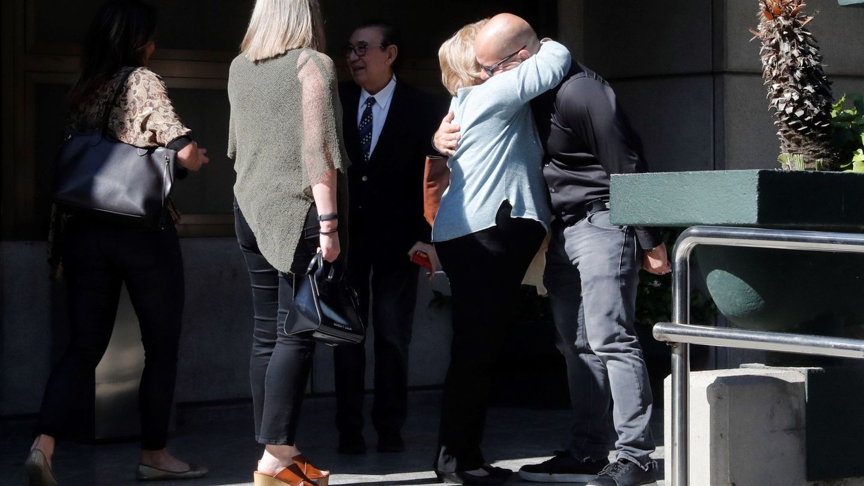 El hijo de Narciso Ibáñez Serrador se abraza a un familiar. (EFE)
