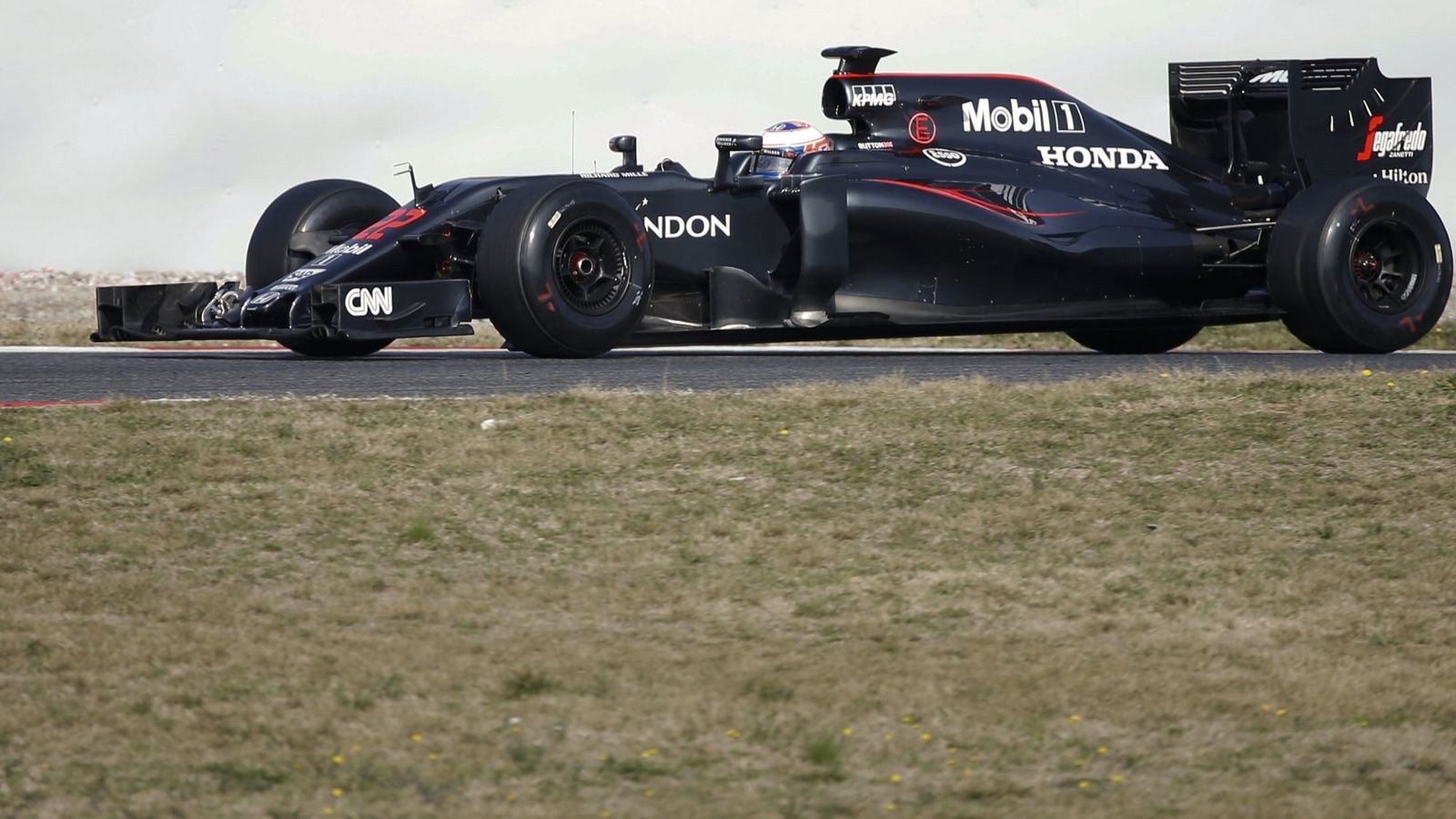Foto: Mclaren formula one driver button of britain speeds his car during the third testing session ahead the upcoming season at the circuit barcelona-catalunya in montmelo