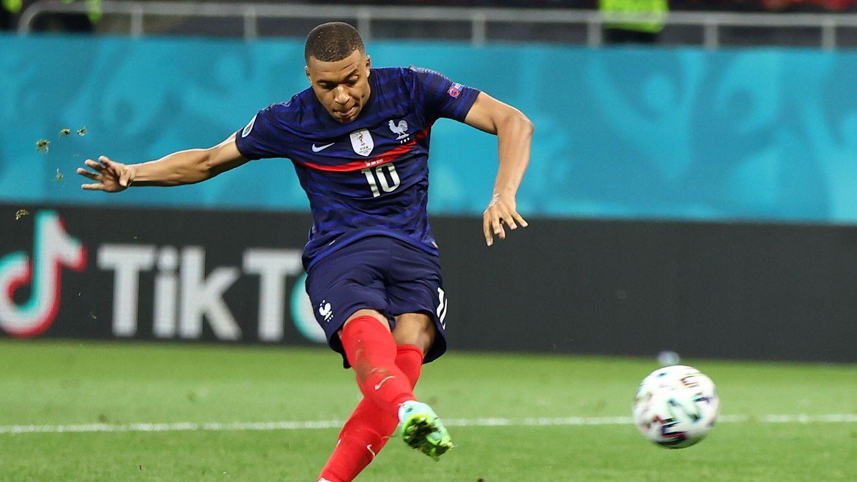 Mbappé lanza el penalti que falló ante Suiza. (EFE)