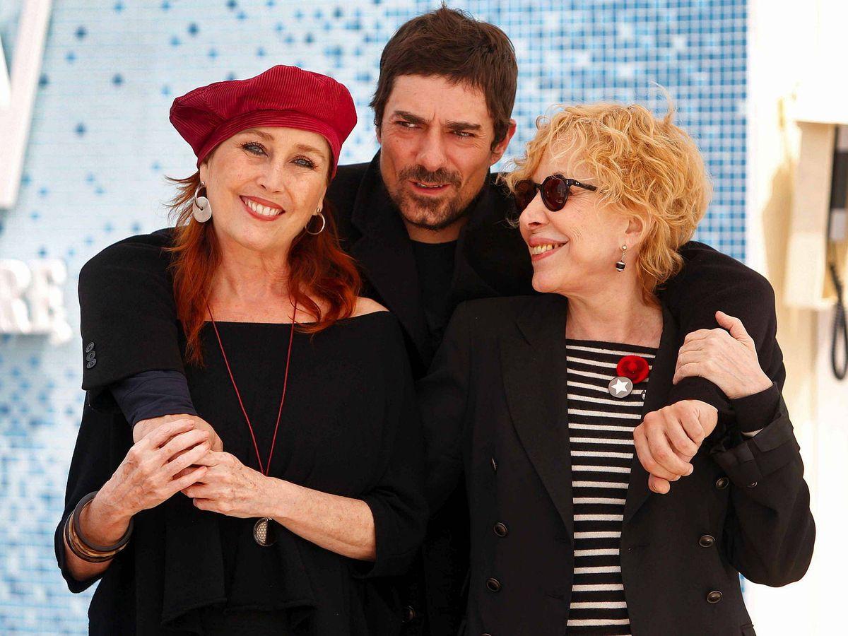 Foto: Pol Mainat, con su madre, Rosa Maria Sardà, y Verónica Forqué. (EFE)