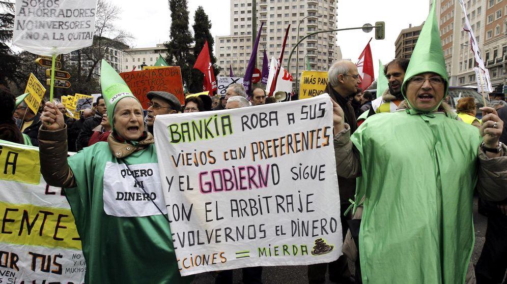 Foto: Manifestación de afectados por las preferentes de Bankia. (EFE)