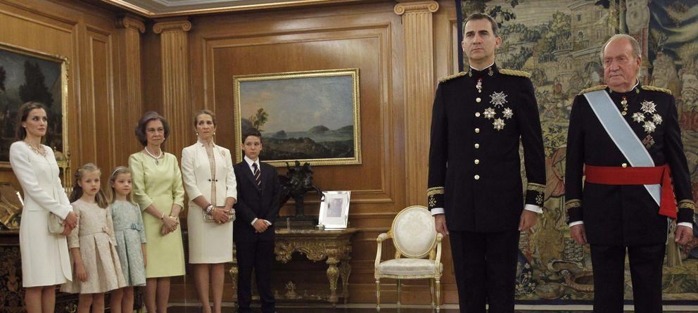 Foto: Felipe VI recibe el fajín de su padre