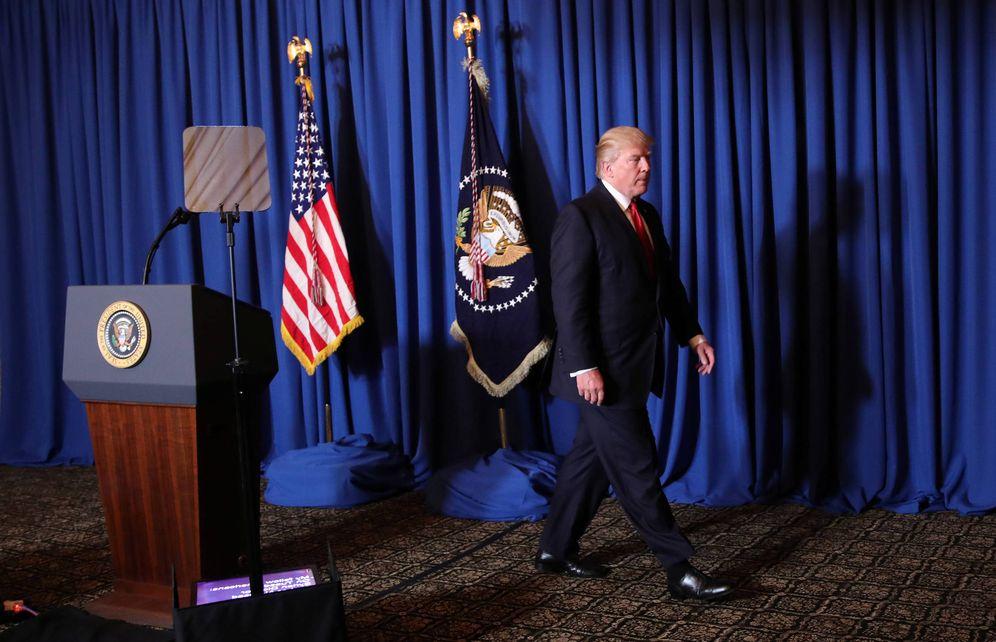 Foto: El presidente Trump abandona la tribuna tras hacer una declaración sobre el ataque con misiles contra una base militar en Siria, el 6 de abril de 2017. (Reuters)