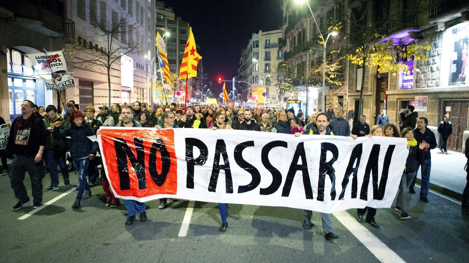 Foto: Manifestación convocada a través de las redes sociales por los CDR en Barcelona. (EFE)
