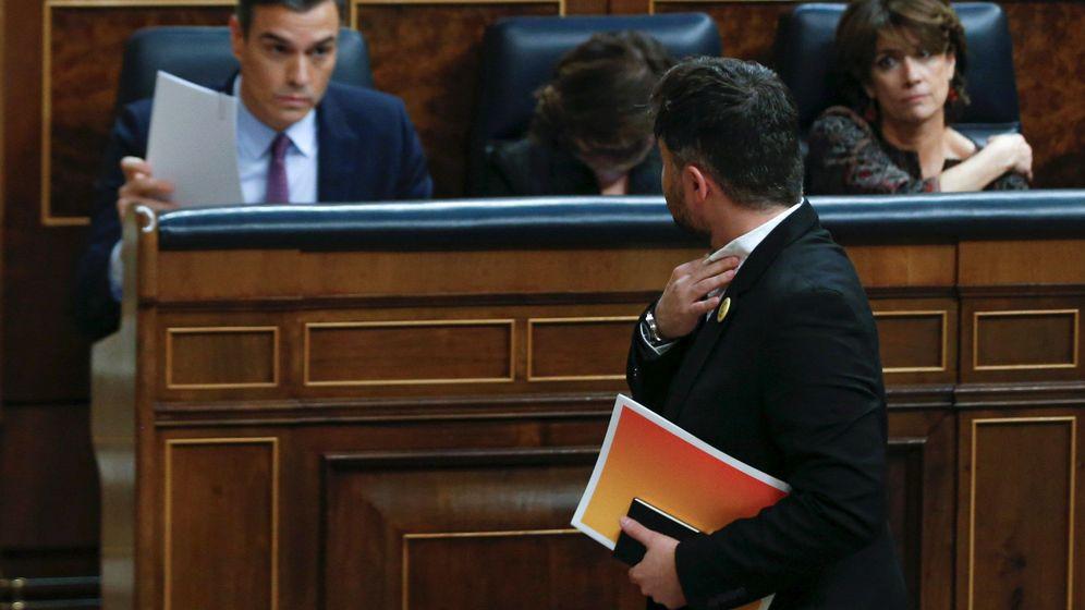 Foto: El portavoz de ERC, Gabriel Rufián, pasa por delante del candidato a la Presidencia del Gobierno, Pedro Sánchez. (EFE)