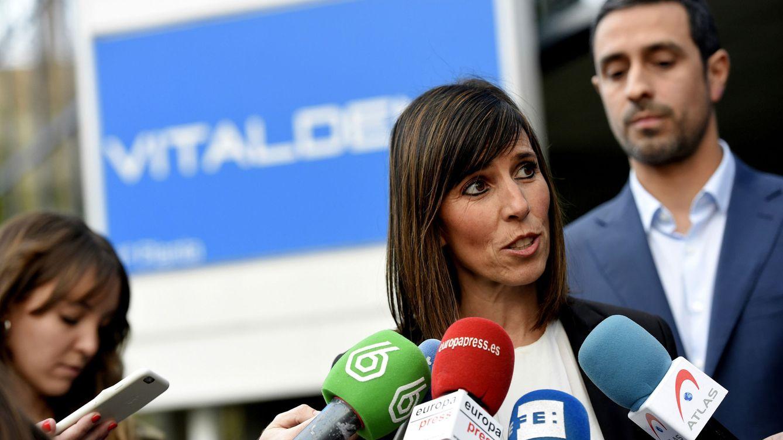 Foto: Ana Capistegui, portavoz de Vitaldent, compareció ante los medios de comunicación un día después de la operación policial que provocó la detención del presidente de la compañía, Ernesto Colman. (EFE)