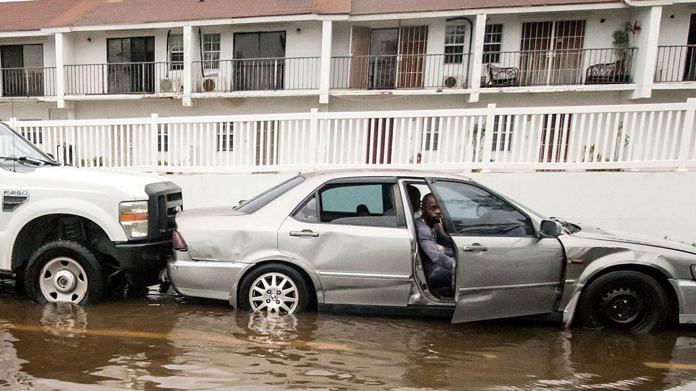 Un hombre tras el paso del huracán en Bahamas. (EFE)