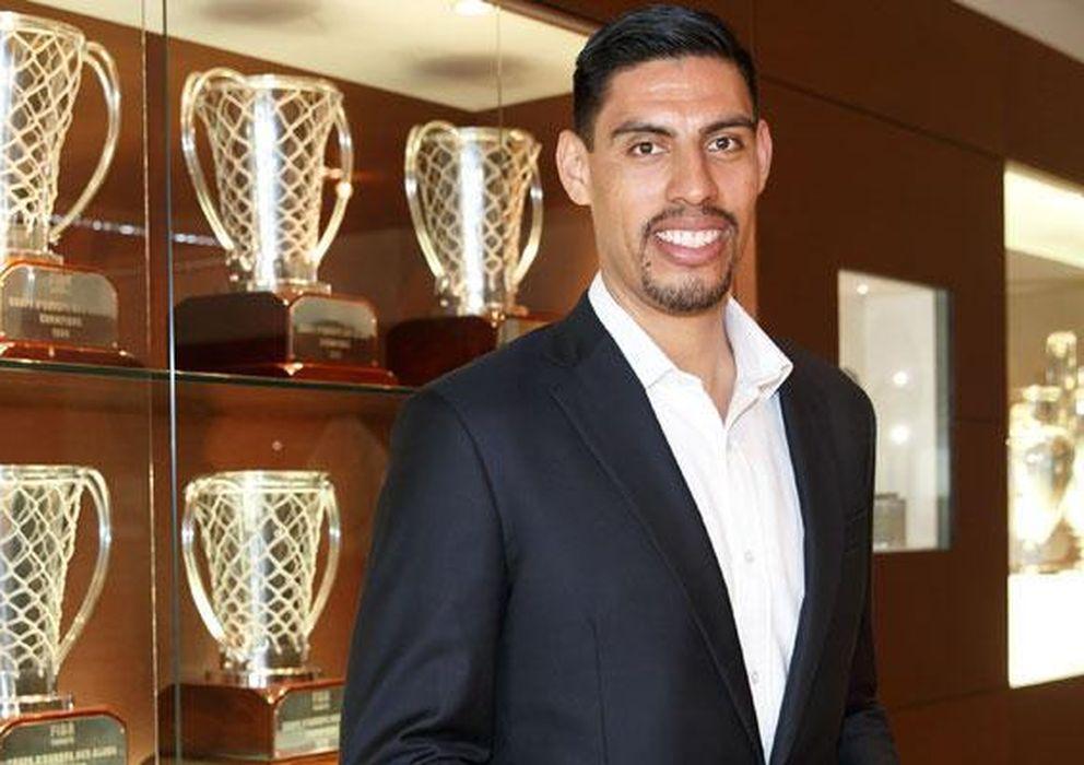 Foto: Gustavo Ayón posa junto a los trofeos del Real Madrid (FOTO: Realmadrid.com).