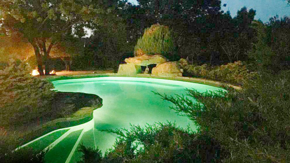 Foto: La piscina de Villa Podemos en modo 'Showgirls'.