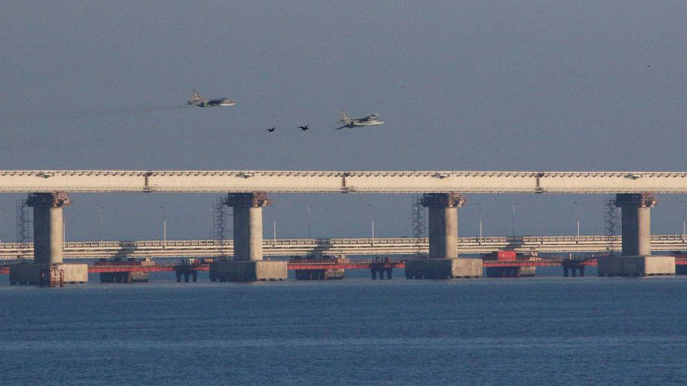 Foto: Cazas rusos sobrevuelan el puente sobre el estrecho de Kerch, cerca del lugar del incidente naval entre Rusia y Ucrania. (Reuters)