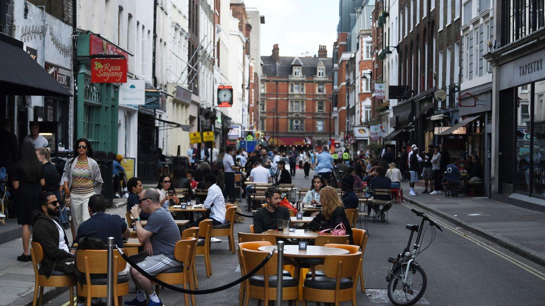 Restaurantes ponen terrazas en las calles en Londres. (EFE)