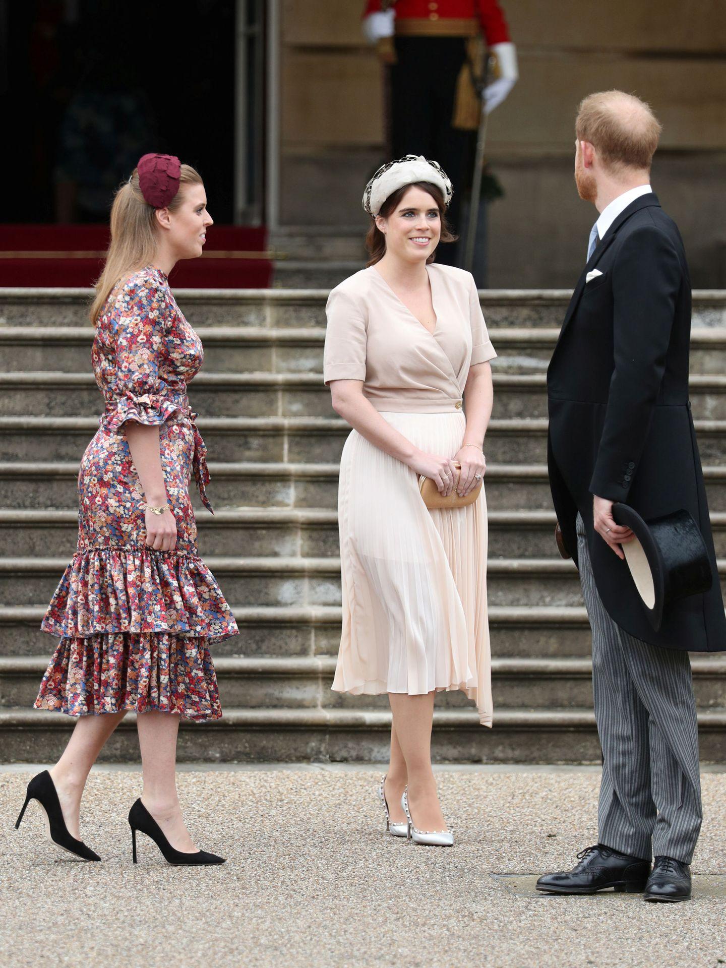 Eugenia y Beatriz de York, con el príncipe Harry el verano pasado en Buckingham. (Reuters)