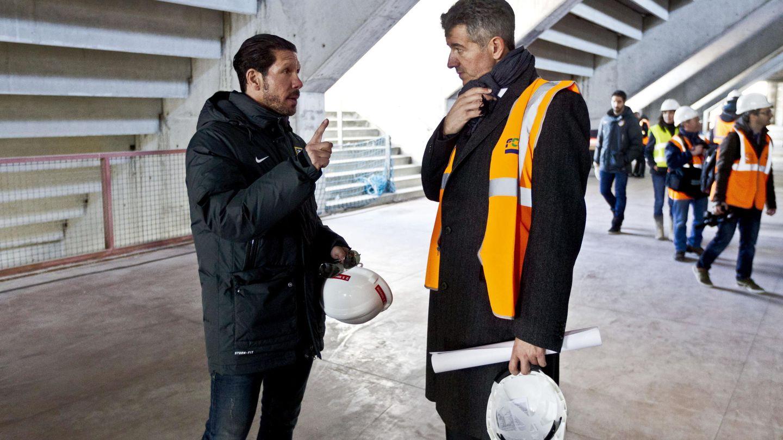 Simeone y Gil Marín, en una visita a las obras del nuevo estadio. (EFE)