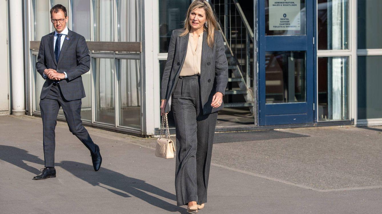 Con bolso de Chanel y sin su habitual sonrisa: la reina Máxima sigue con su agenda