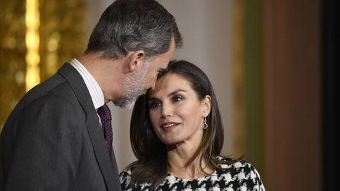 La reina Letizia, estreno total en blanco y negro y muchas sonrisas en Córdoba