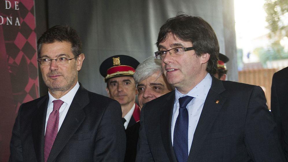 Foto: El ministro de Justicia, Rafael Catalá, y el presidente de la Generalitat, Carles Puigdemont, en el acto de conmemoración de la festividad de San Raimundo de Peñafort, patrón de los abogados. (EFE)