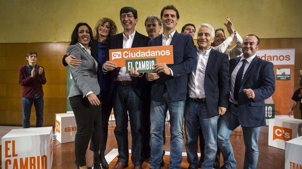 Foto: El presidente de Ciudadanos, Albert Rivera (c) presenta junto al candidato de Ciudadanos a la presidencia de la Junta de Andalucía, Juan Marín(3i). (EFE)