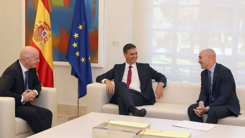 Gianni Infantino, presidente de la FIFA, Pedro Sánchez y Luis Rubiales, presidente de la RFEF, en Moncloa. (EFE)