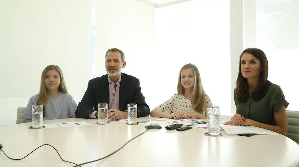 Foto: Los Reyes y sus hijas, durante la videoconferencia. (Limited Pictures)