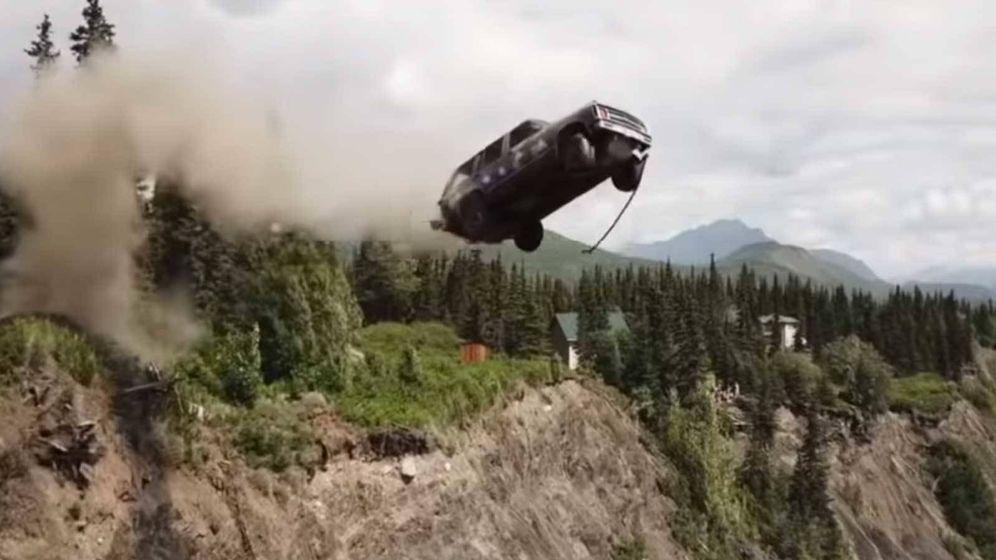 Foto: Tirar coches por un acantilado, la curiosa manera de celebrar el Día de la Independencia en un pueblo de Alaska. Foto: Youtube