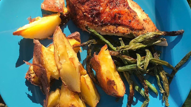 Algunas de las cenas de Melissa Alcantara: pollo con espárragos trigueros y patata.