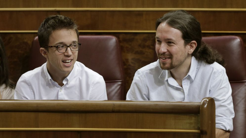 Foto: El secretario general de Podemos, Pablo Iglesias (d), y el portavoz parlamentario de Unidos Podemos, Íñigo Errejón (i), durante la segunda jornada del debate de investidura. (EFE)