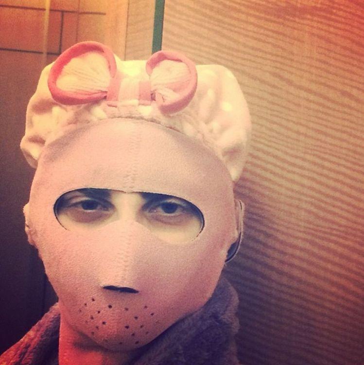 Foto: Lady Gaga (sí, es ella) también se somete a extrañas sesiones de belleza