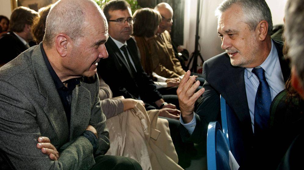 Foto: Los expresidentes andaluces José Antonio Griñán (d) y Manuel Chaves. (EFE)